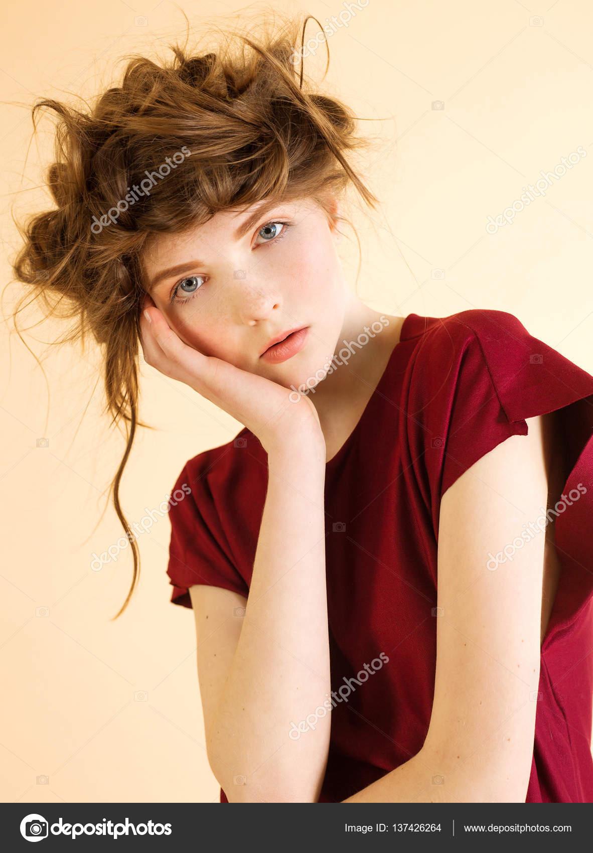 Portret Rudowłosej Kobiety Z Piegami Bordowa Sukienka Na Beżowym Tle
