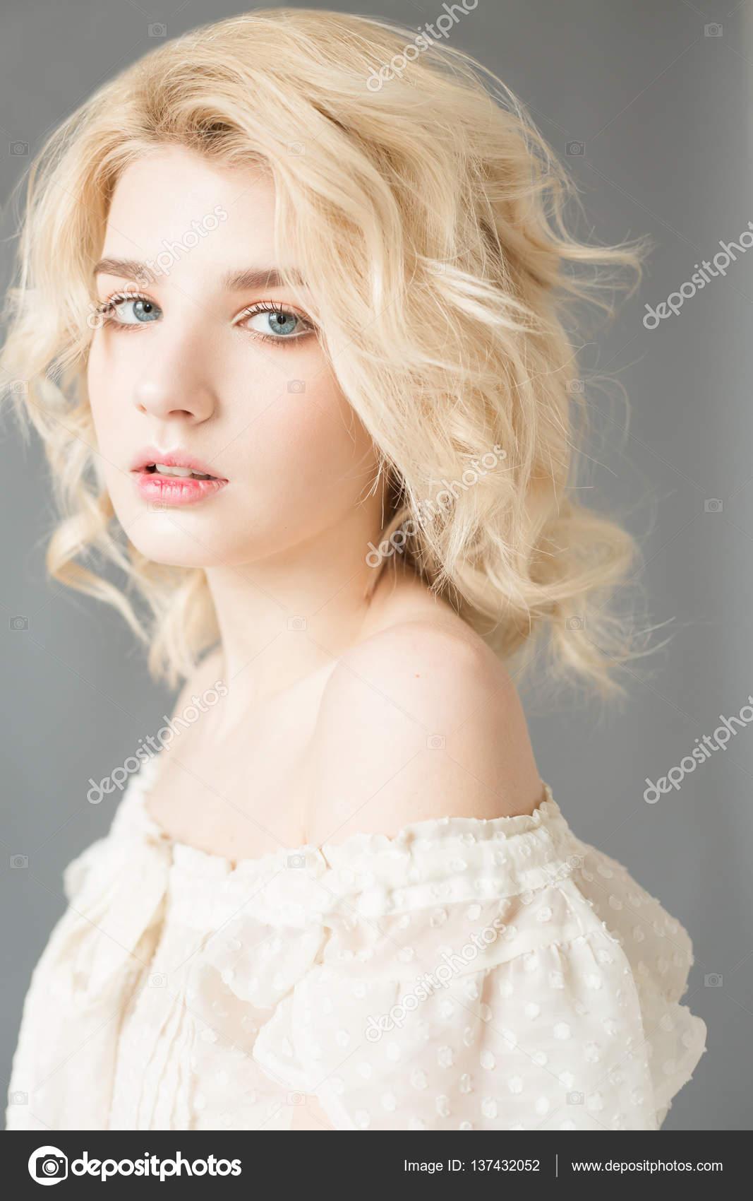 Mujer Con El Pelo Blanco En Una Blusa Blanca Con Maquillaje Desnudo