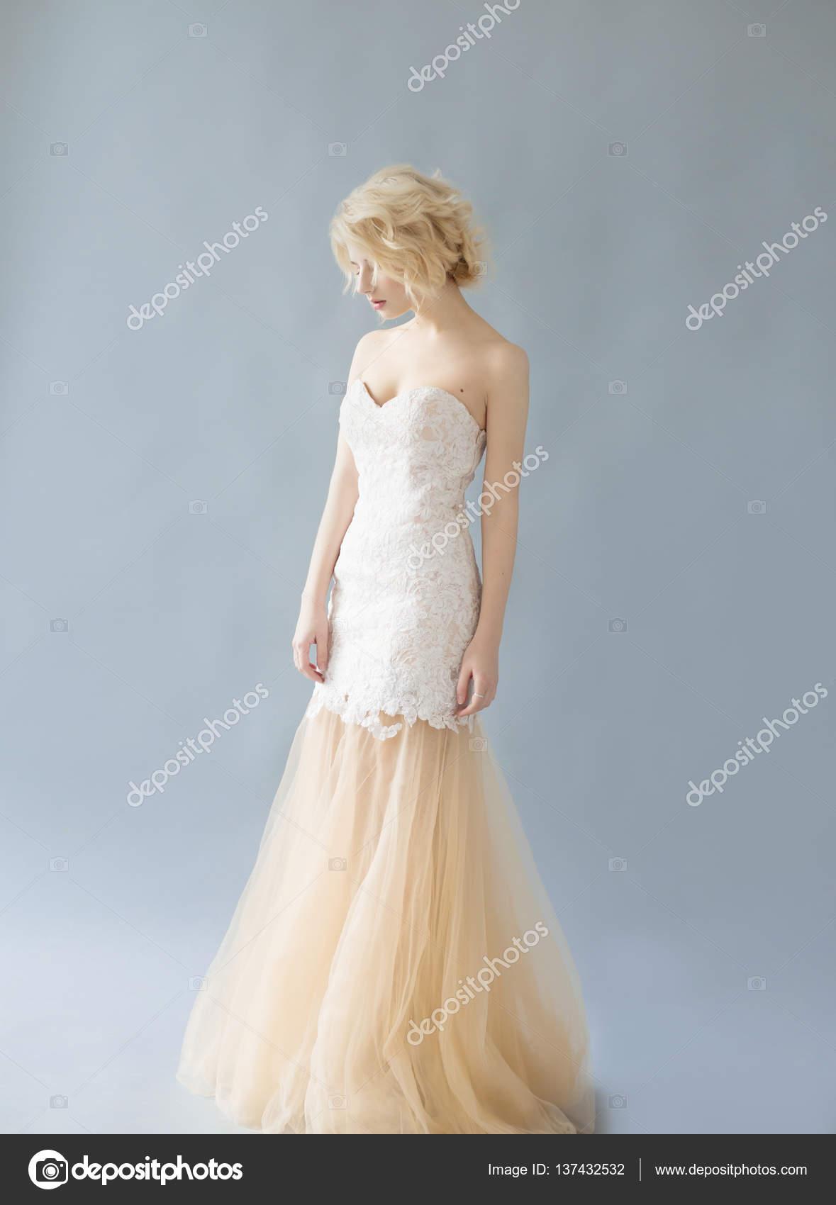 Mujer con el pelo blanco en un vestido de novia. Joven rubia con ...