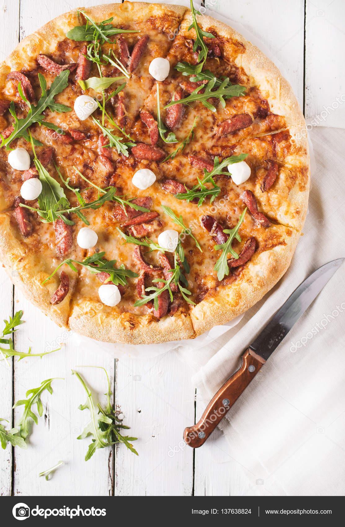 Dicken Kruste Pizza mit Jagd Würstchen, Mozzarella-Käse auf einem ...