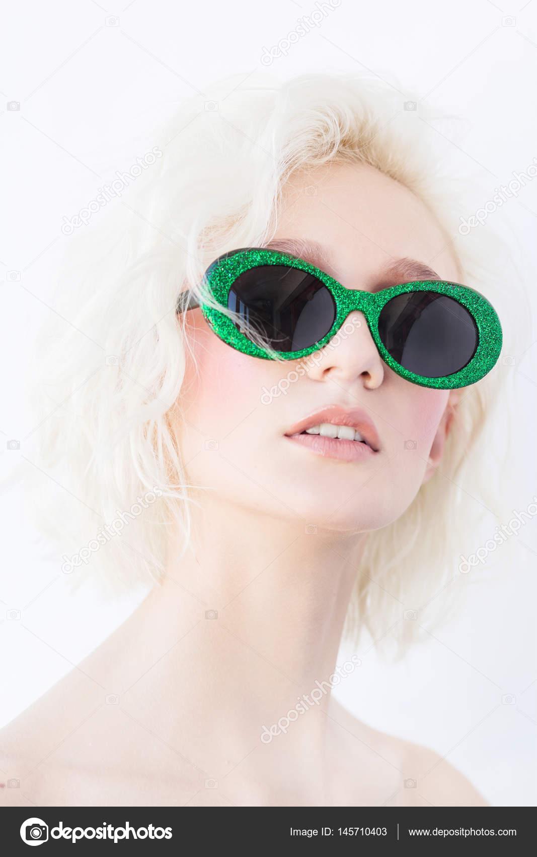 5fc60fe64dd96 Retrato de glamour de uma mulher loira com cabelo curto e ondulado em óculos  de sol verdes — Fotografia por Avdeyukphoto
