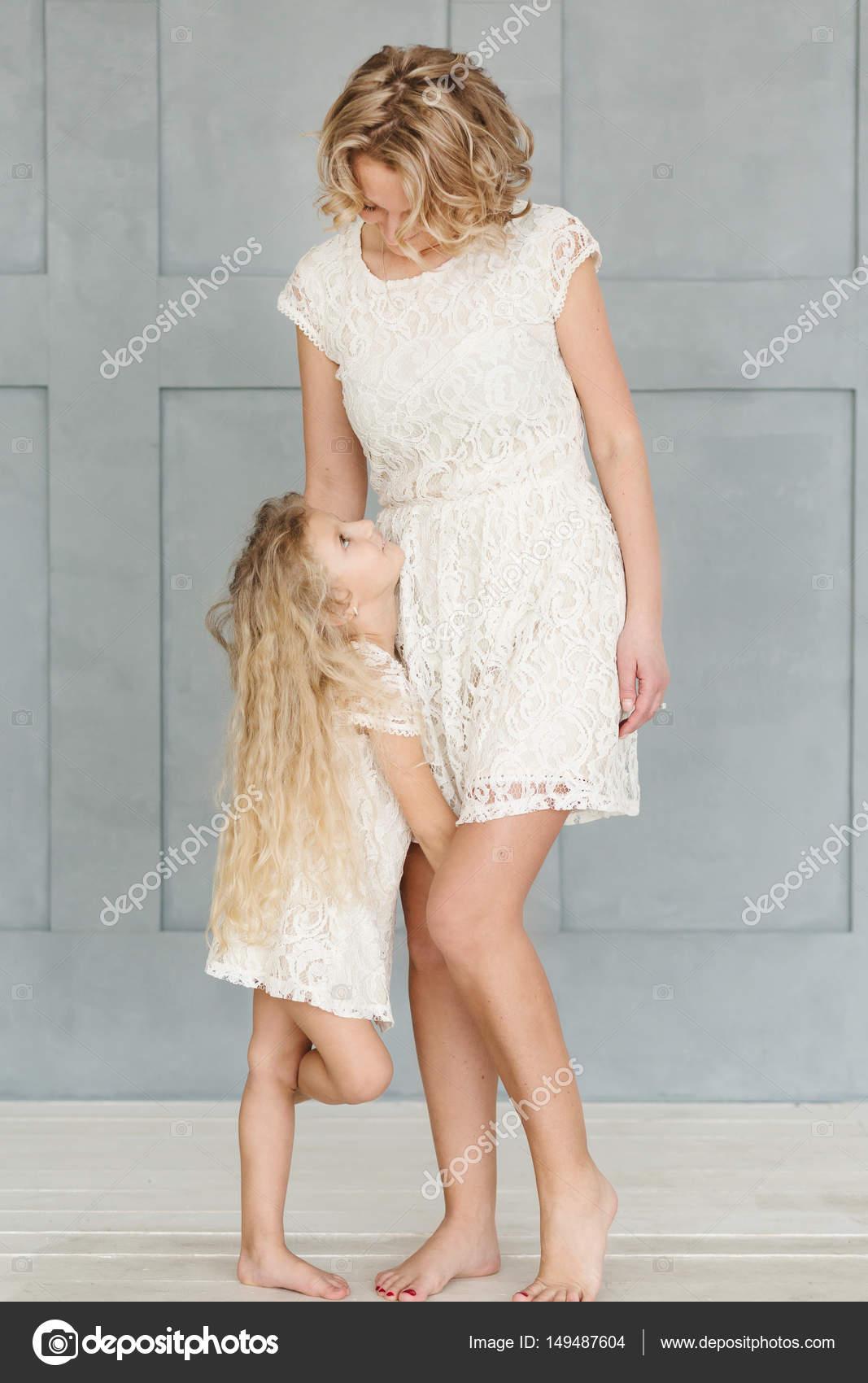 a1f103024fd Mutter Und Tochter Mit Blonden Lockigen Haaren Weißer Spitze Kleider ...