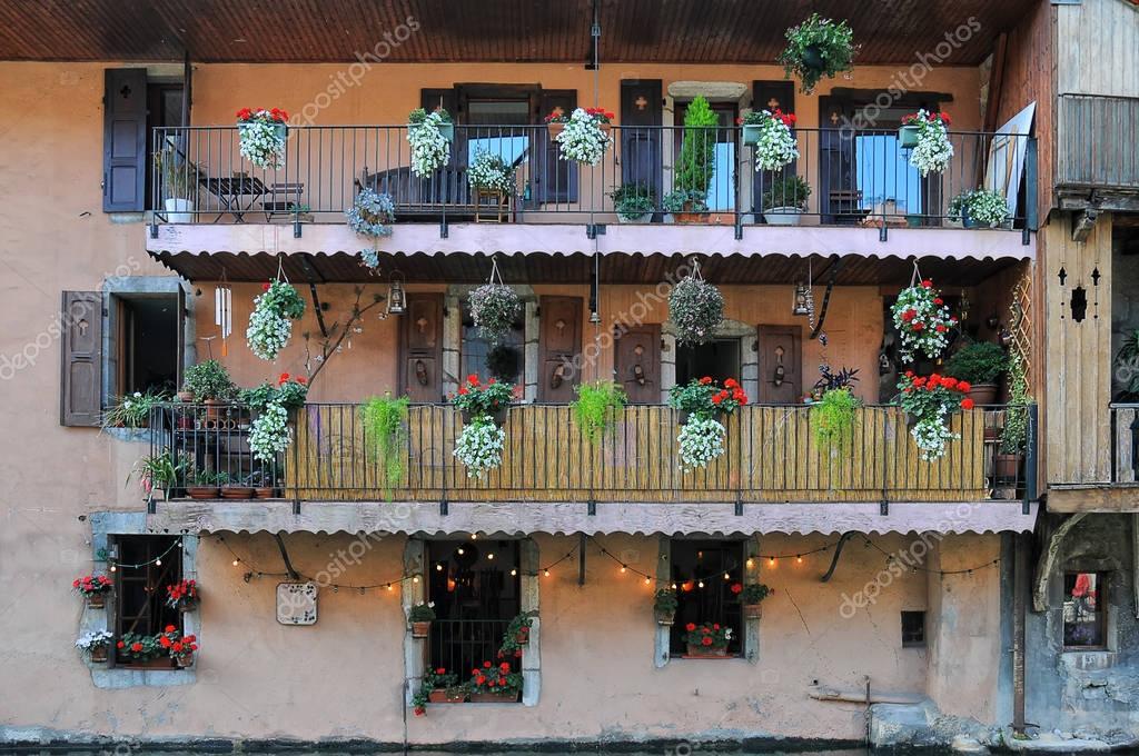 Parete di vecchia casa con persiane finestre e balconi con mobili vecchi fiori variopinti in - Mobili vecchi gratis ...