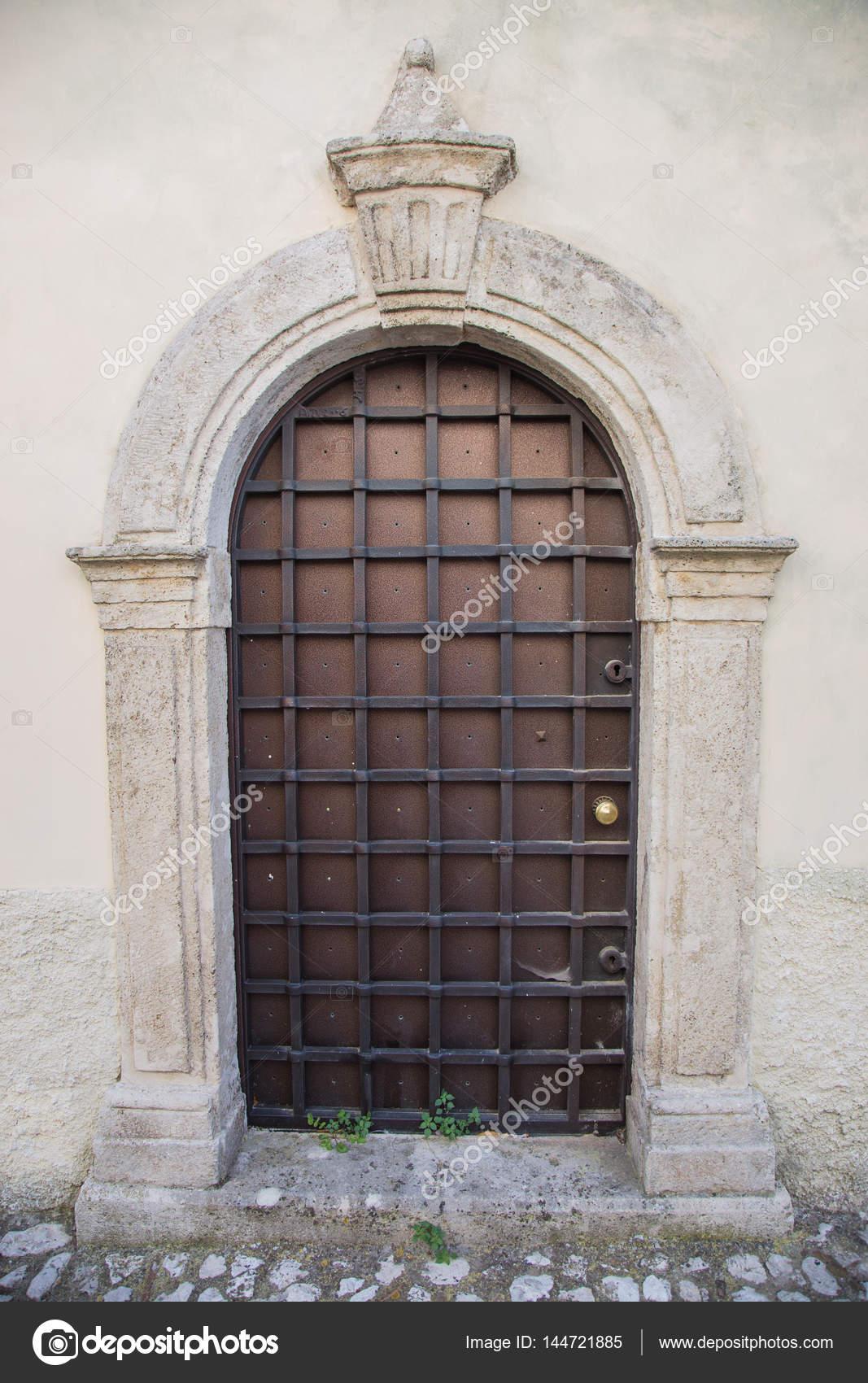 фото решетки на двери решетка для защиты двери стоковое