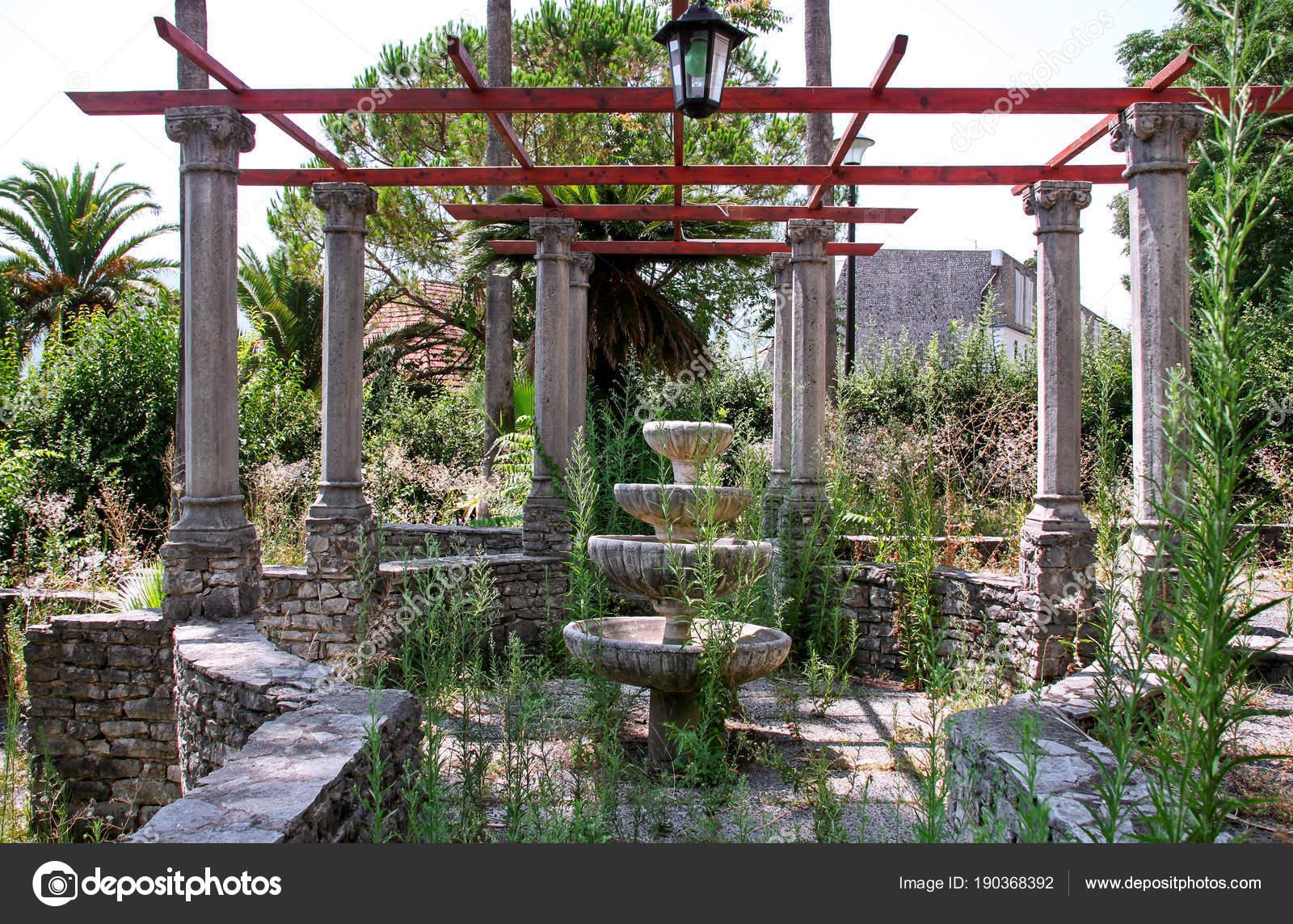 Ancienne fontaine en pierre rustique dans jardin — Photographie ...