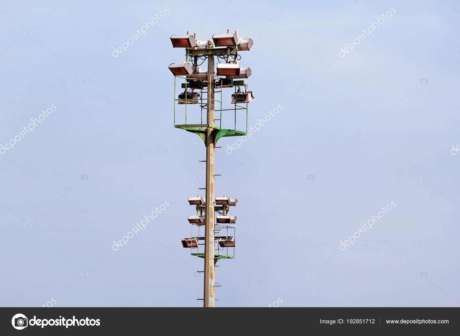 Torre di proiettore dello stadio con riflettori con cielo blu. torre
