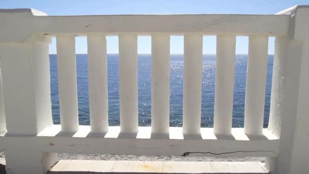 Bílé schody, které vedou k dokonalé modrého moře a pláže. Letní pohled s klasickou bílou zábradlí a prázdnou terasu s výhledem na moře. Cestování, plavání, letní, Středozemní moře, Jaderské moře