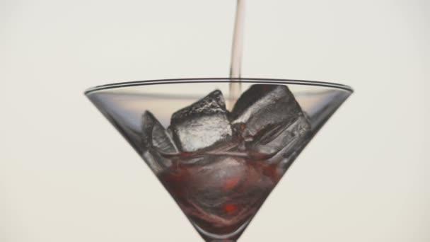 Vorbereitung der einen alkoholischen Cocktail. Glas, Eis, Martini, Oliven.