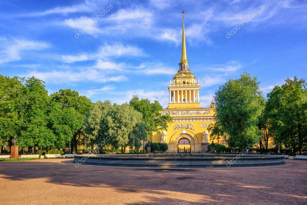 アドミラルティの新古典主義建築の黄金色の尖塔は、ロシアのサンクトペテルブルクで象徴的なビュー \u2014 [著者]の写真 Xantana