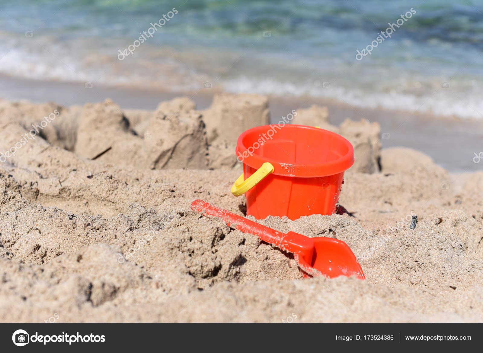 Сонячний фото з дитячим пляж відро і шпателем на тлі моря — стокове фото 1b6633072db61