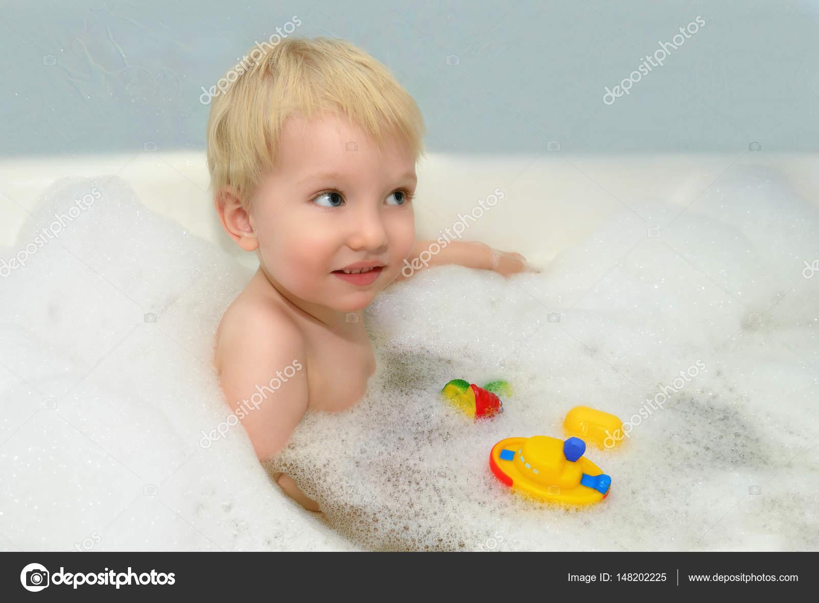 Маленький ребенок купается фото