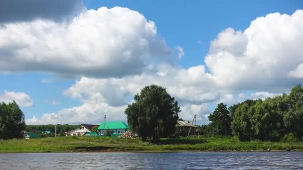 Landhäuser und Wolken