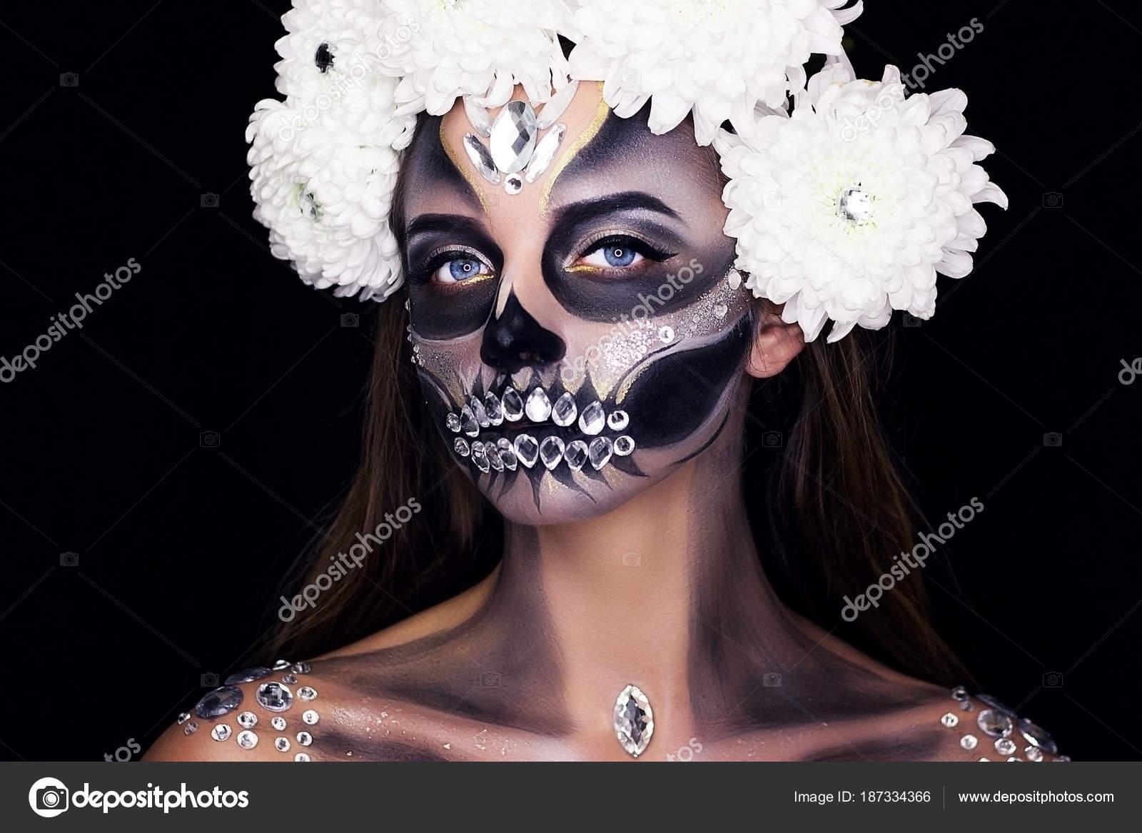 Modelo Tatuado De Esqueleto Maquillaje Maquillaje Profesional Con - Maquillaje-profesional-halloween