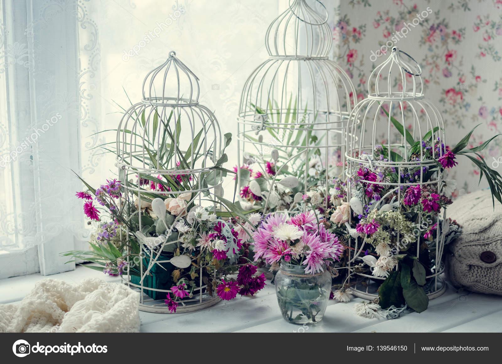 Roze Decoratie Woonkamer : Roze en paarse bloemen in de buurt van het venster u stockfoto