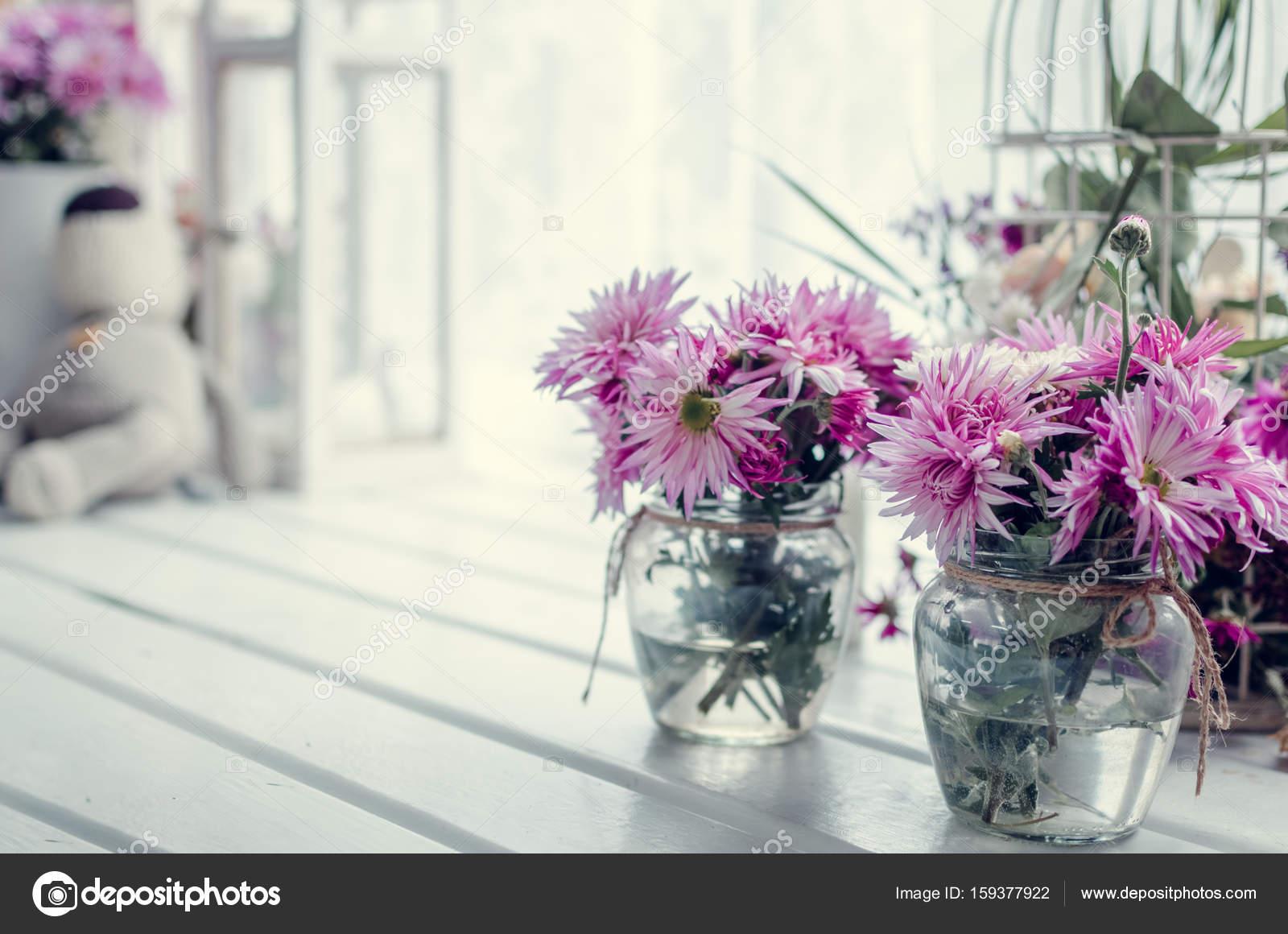 Paarse Decoratie Woonkamer : Roze en paarse bloemen in de buurt van het venster u stockfoto