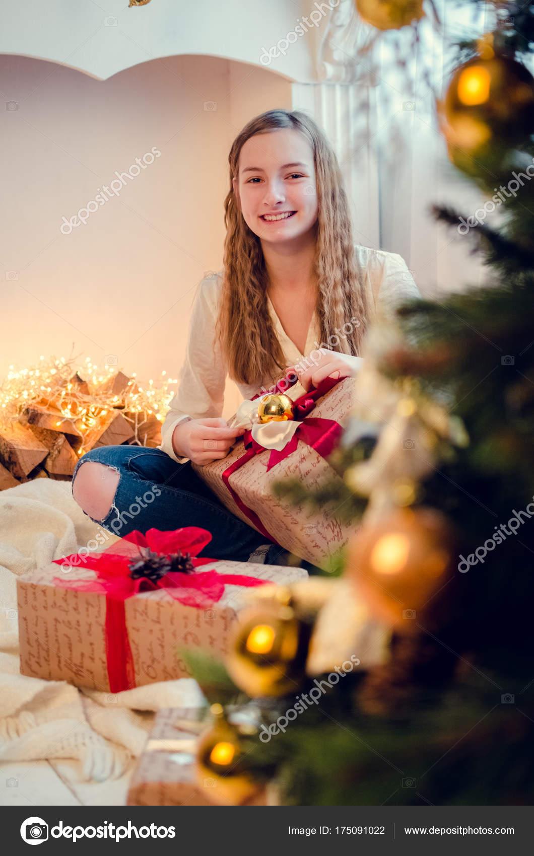 Teenager-Mädchen Öffnen der Gegenwart — Stockfoto © NelliSyr #175091022