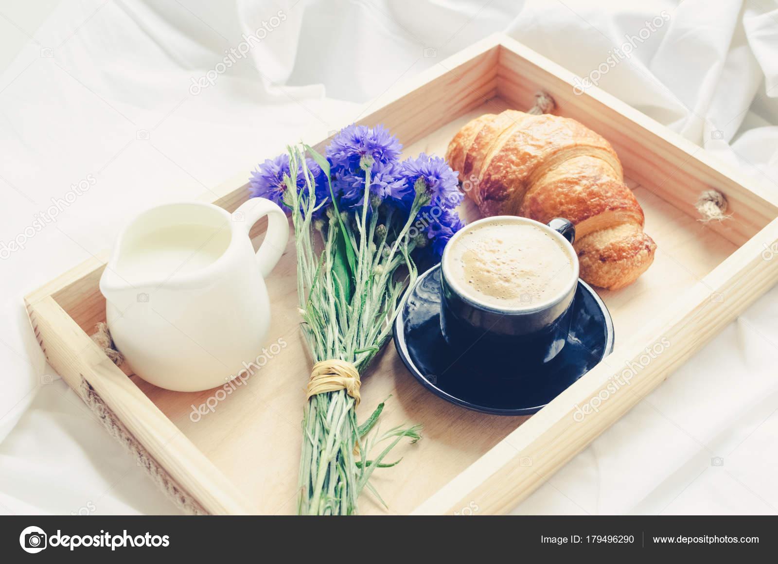 Été Romantique Petit Déjeuner Lit Plateau Avec Croissants Frais ...