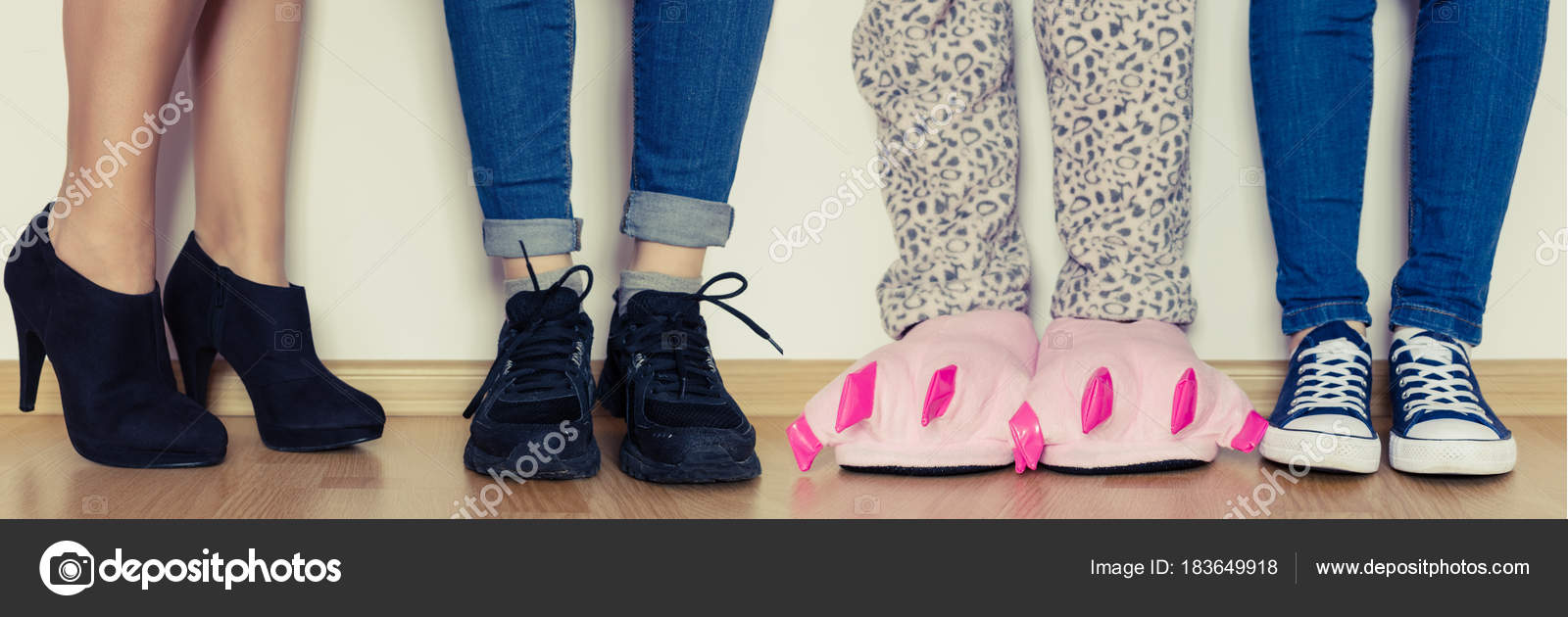 Piedini femminili in diversi tipi di scarpe e pantofole — Foto Stock ... de51608c3e9
