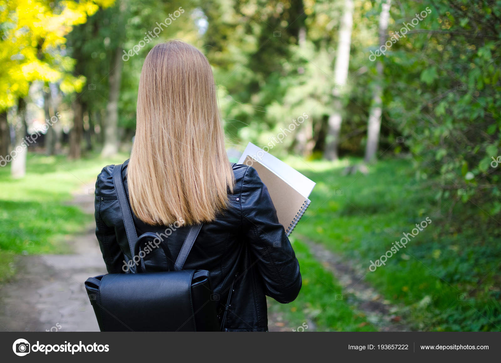 Блондинок вид сзади девушки