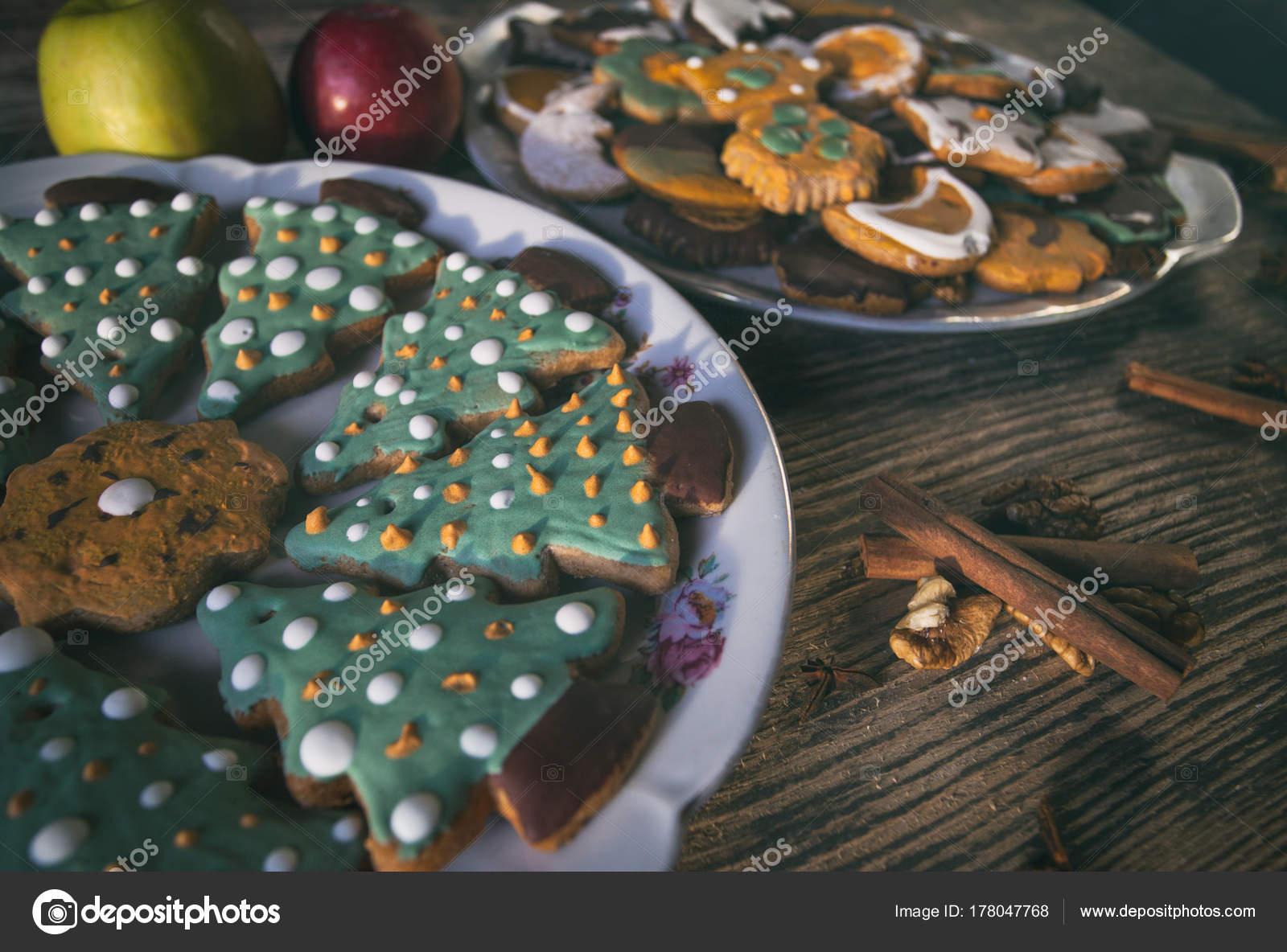 Kinder Weihnachtsgebäck.Weihnachtsgebäck Auf Holztisch Kinder Gekocht Weihnachtsplätzchen