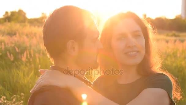 Gyönyörű romantikus pár forog a szabadban. Egymást átölelve. A következő szálláshely öröm és öröm.