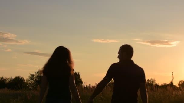 картинки пара влюблённых со спины