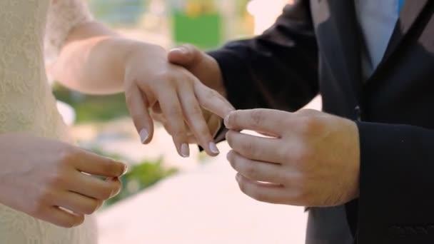Ženich nosí prsten nevěsta. Svatební obřad