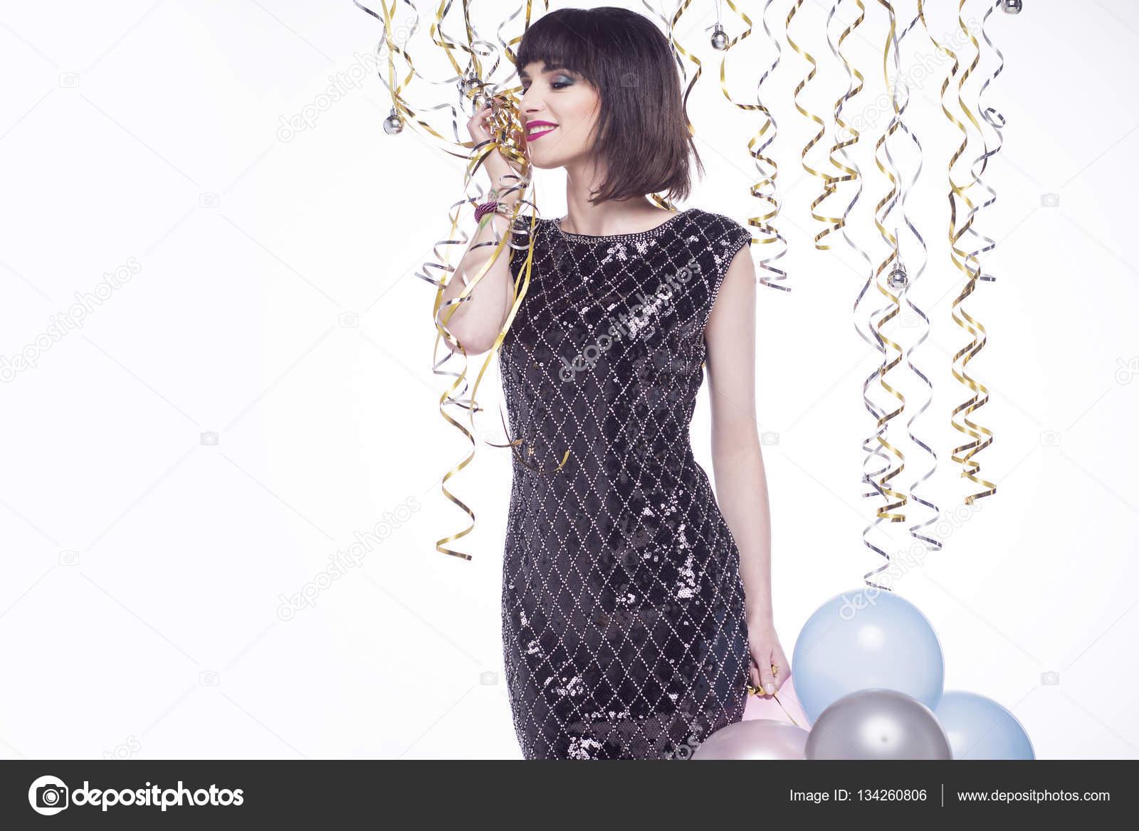 Hermosa mujer en una noche, elegante vestido en una fiesta — Foto de ...
