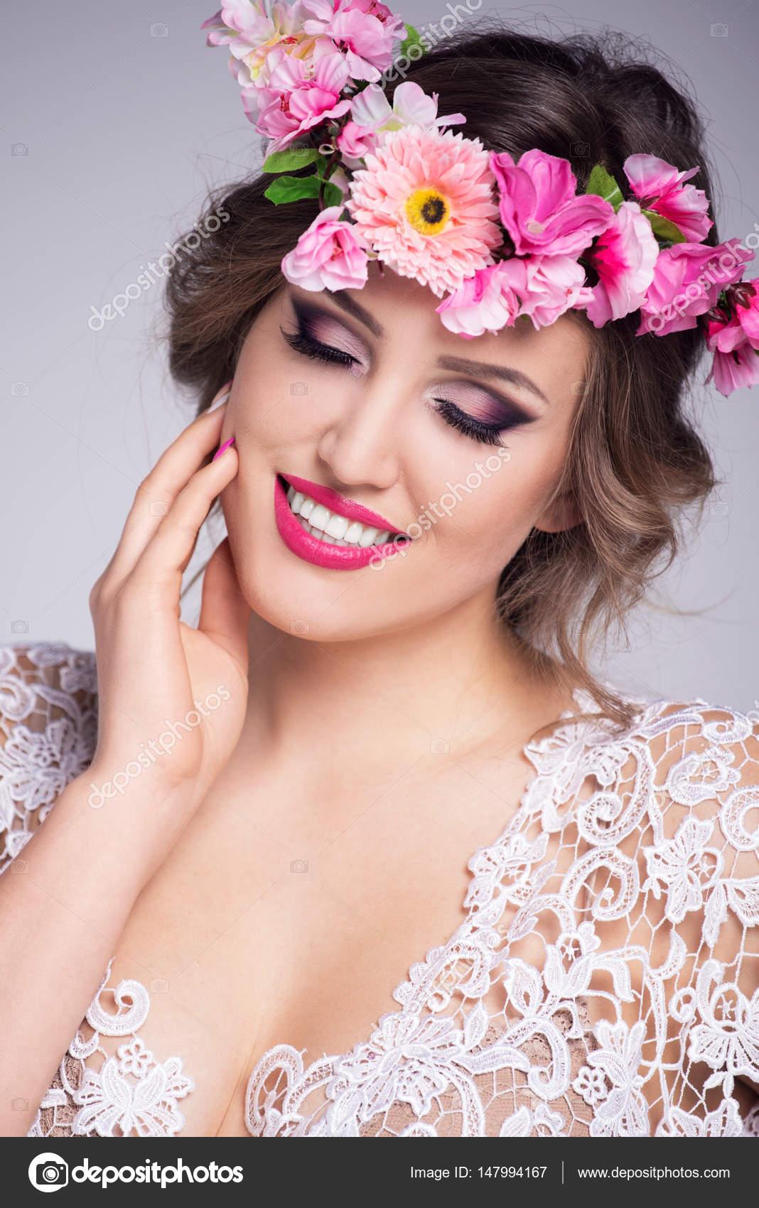 Hermosa joven con una corona de flores en su pelo y un vestido de ...