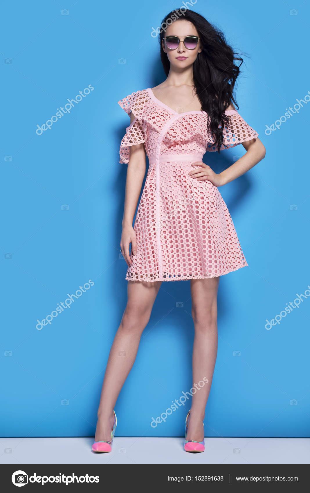 Hermosa mujer en vestido rosa sobre fondo azul — Fotos de Stock ...