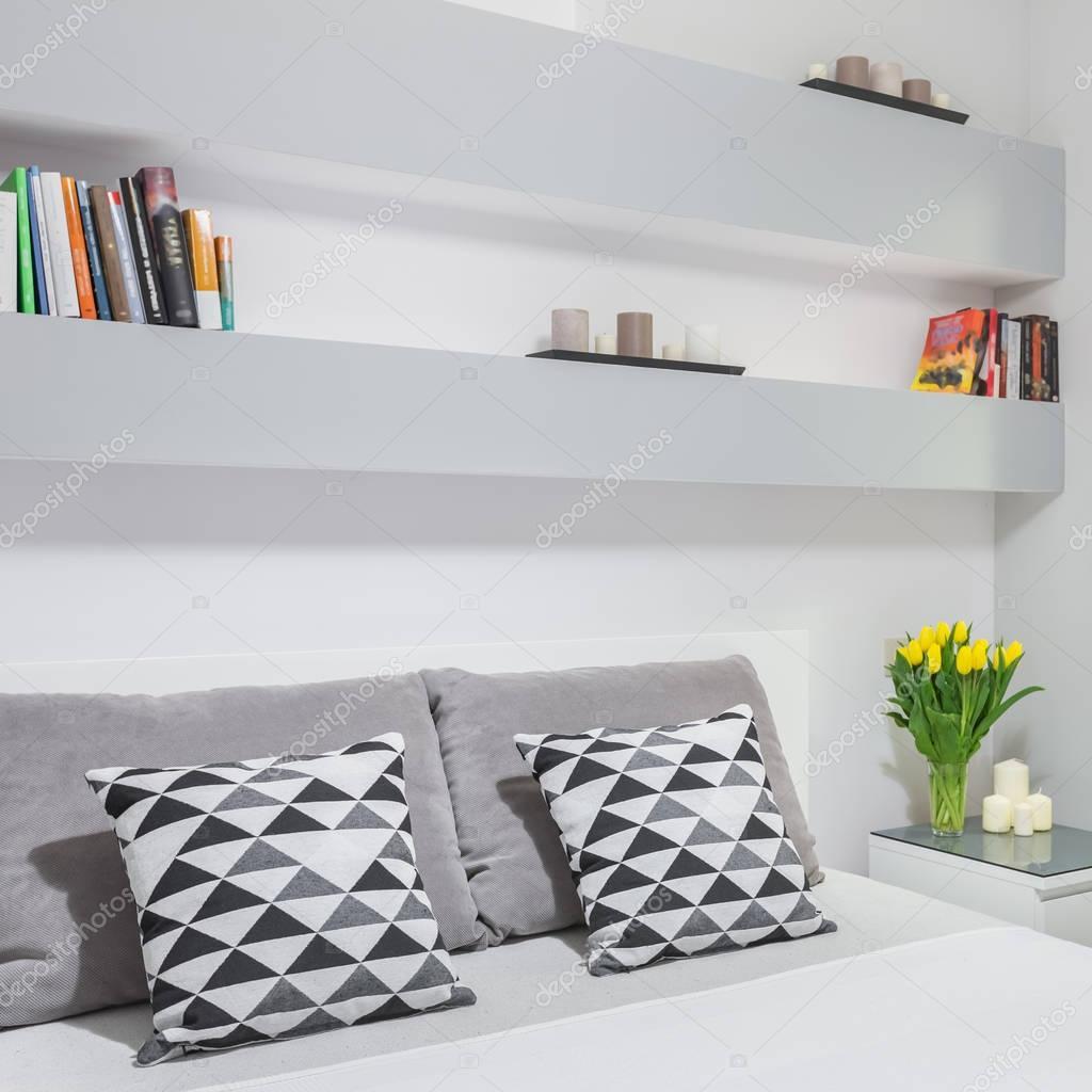 Camera da letto con libreria a parete — Foto Stock © in4mal #129109150