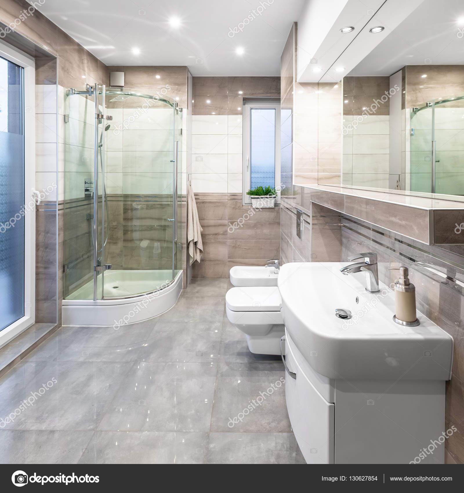 Geräumige Hochglanz Badezimmer Mit Waschbecken, Spiegel, WC, Bidet Und  Dusche U2014 Foto Von In4mal