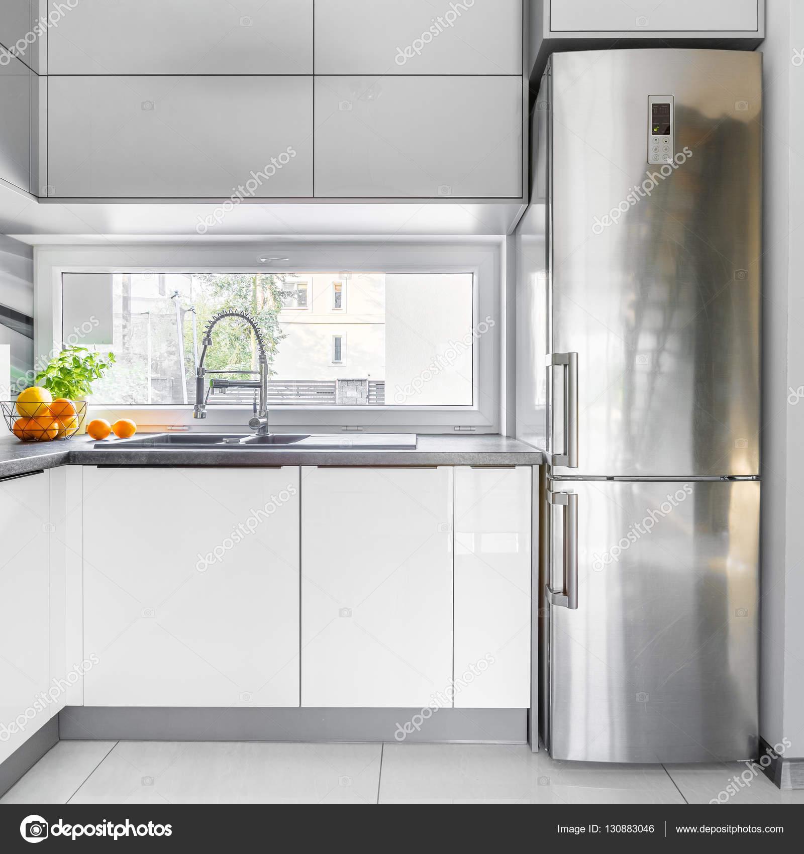 Cucina villa bianca con finestra foto stock in4mal for Cucina moderna con finestra