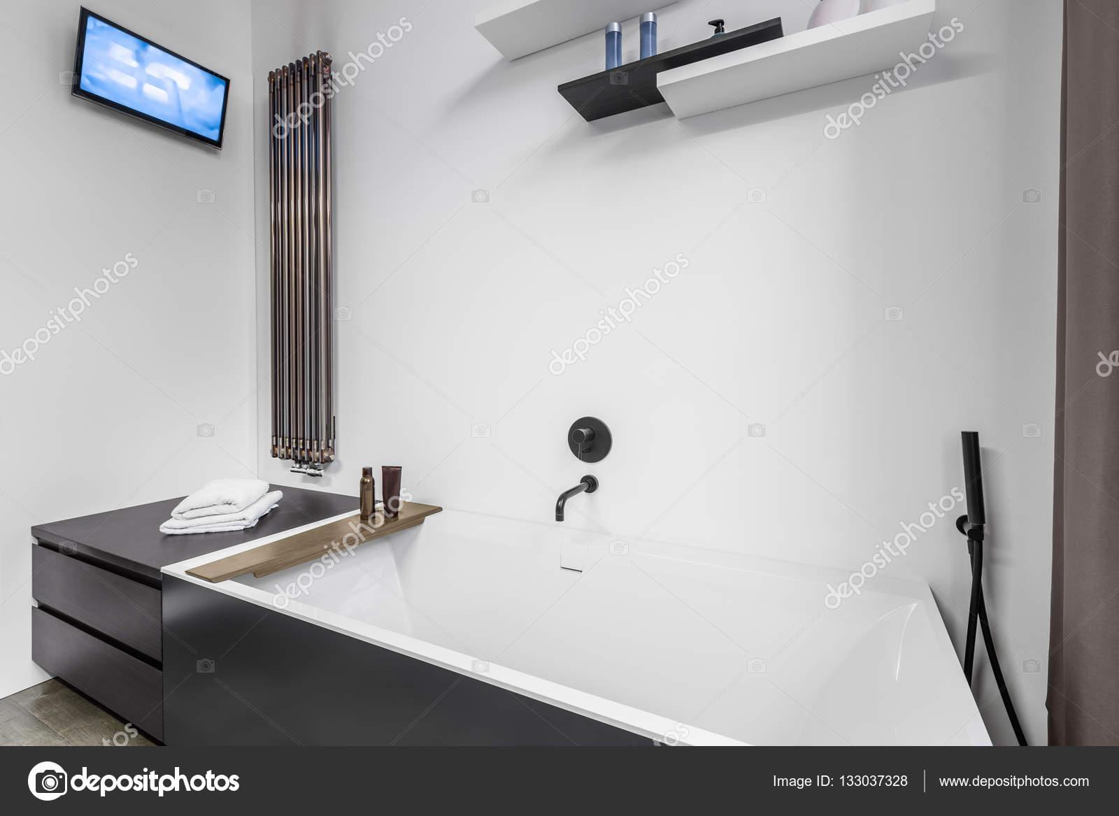 Tv Dans Salle De Bain ~ salle de bains avec baignoire et tv photographie in4mal 133037328