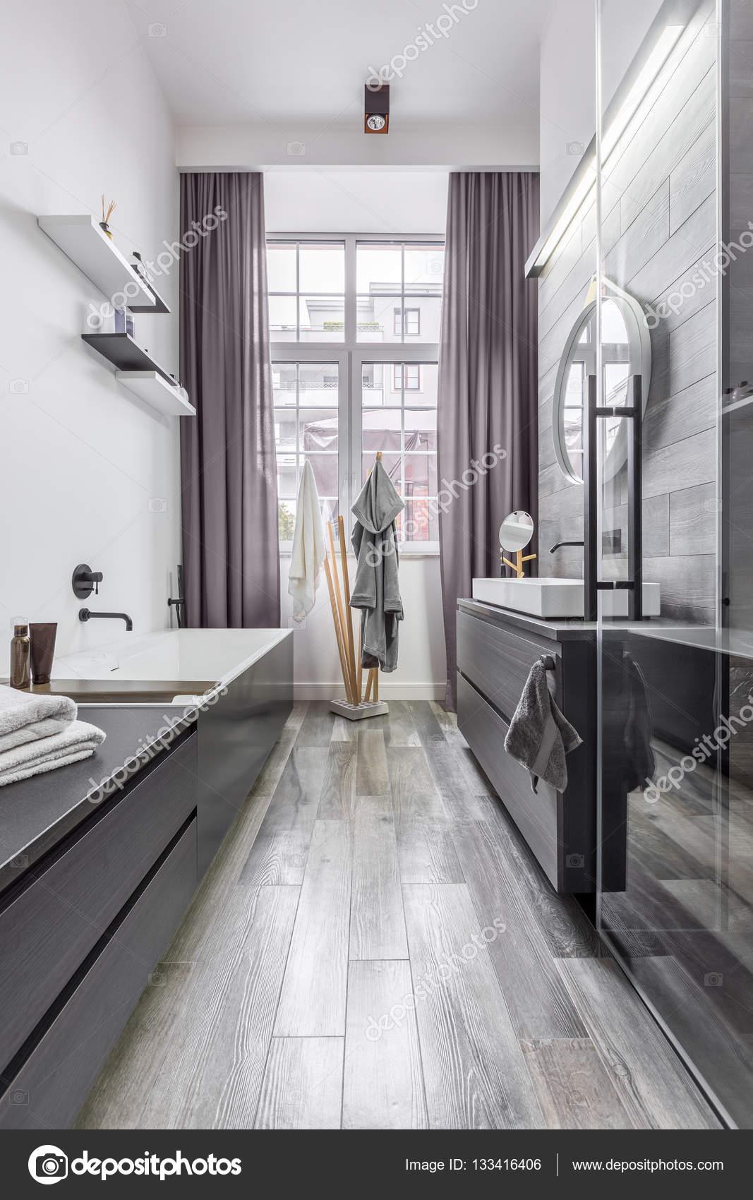 łazienka Jest Obłożona Płytkami Imitacja Drewna Zdjęcie