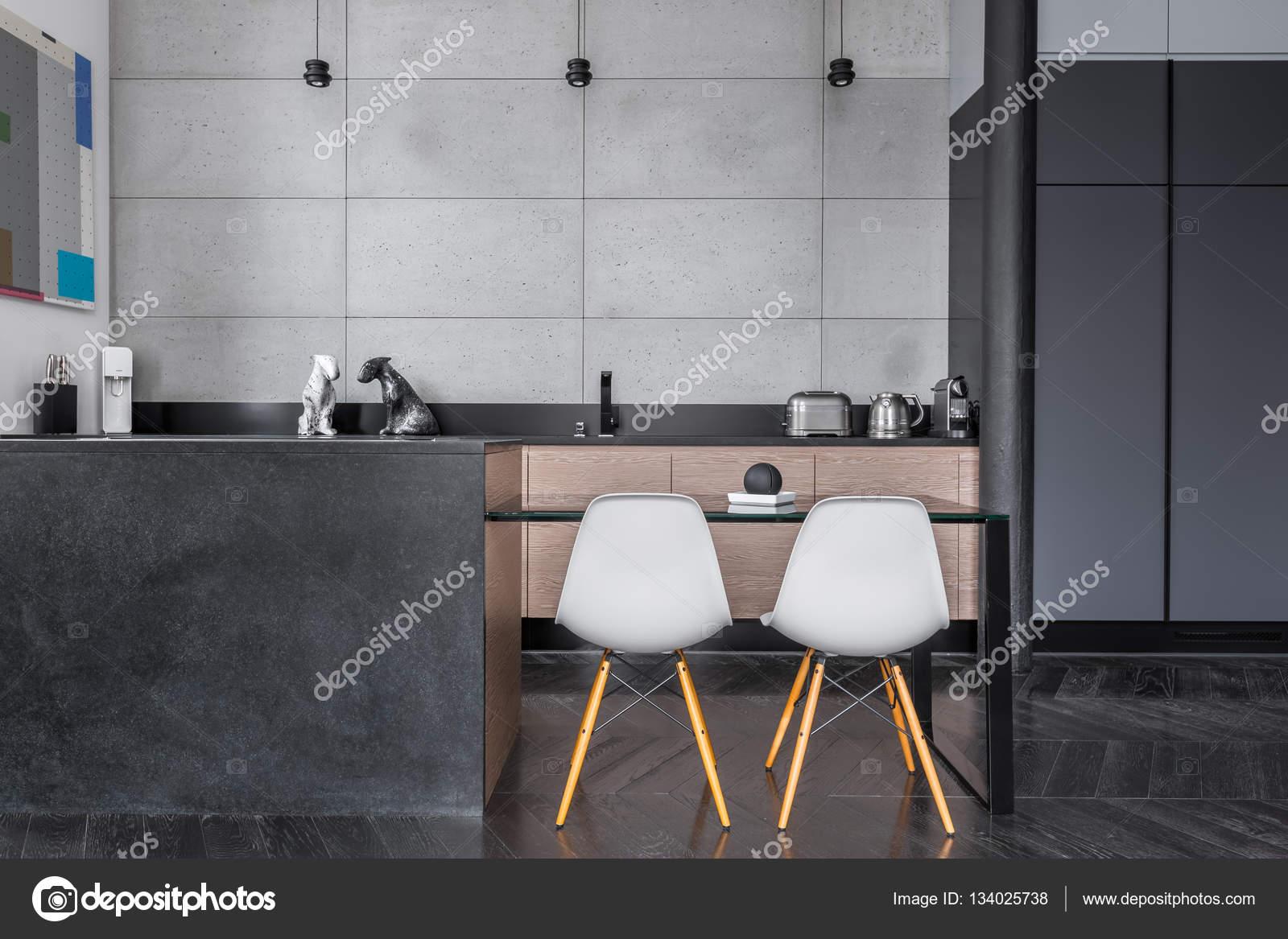 Keuken met grijze wandtegels u stockfoto in mal