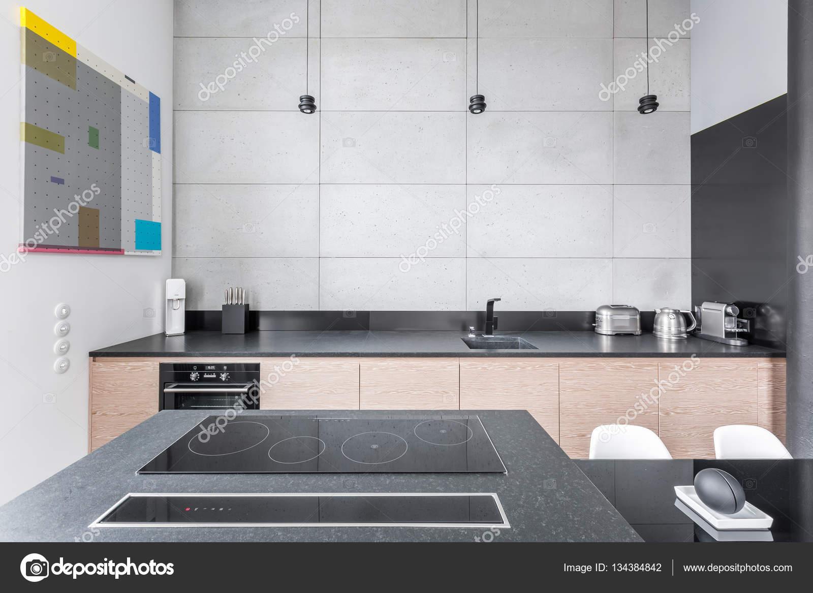Keuken met granieten werkblad u stockfoto in mal