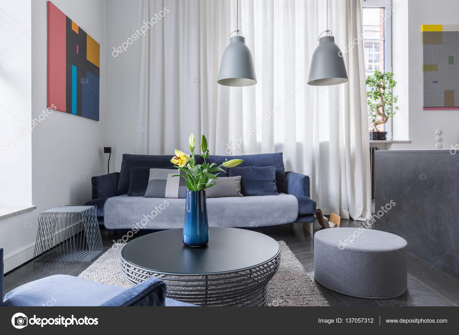 https://st3.depositphotos.com/6297298/13705/i/1600/depositphotos_137057312-stockafbeelding-woonkamer-met-donkere-meubels.jpg