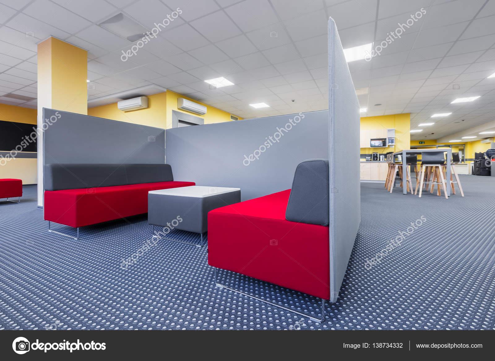 Bibliothek-Lounge-Bereich mit Trennwand — Stockfoto © in4mal #138734332
