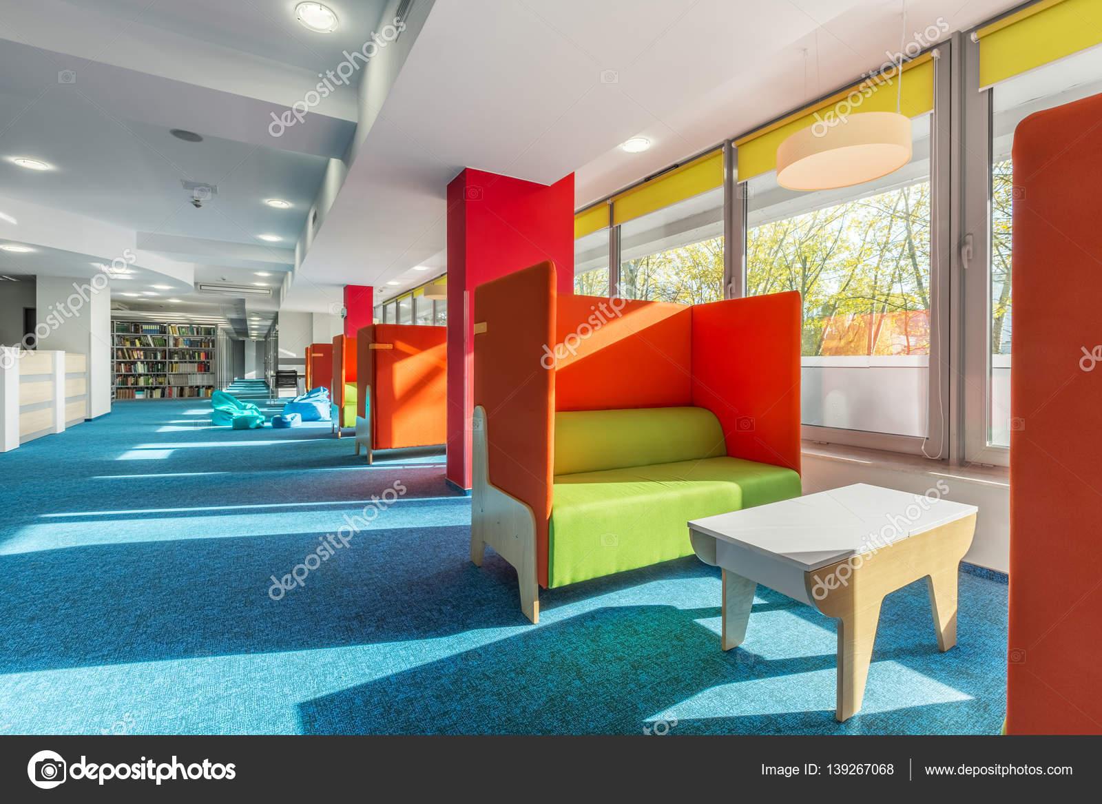Bibliothek-Lounge-Bereich mit sofas — Stockfoto © in4mal #139267068