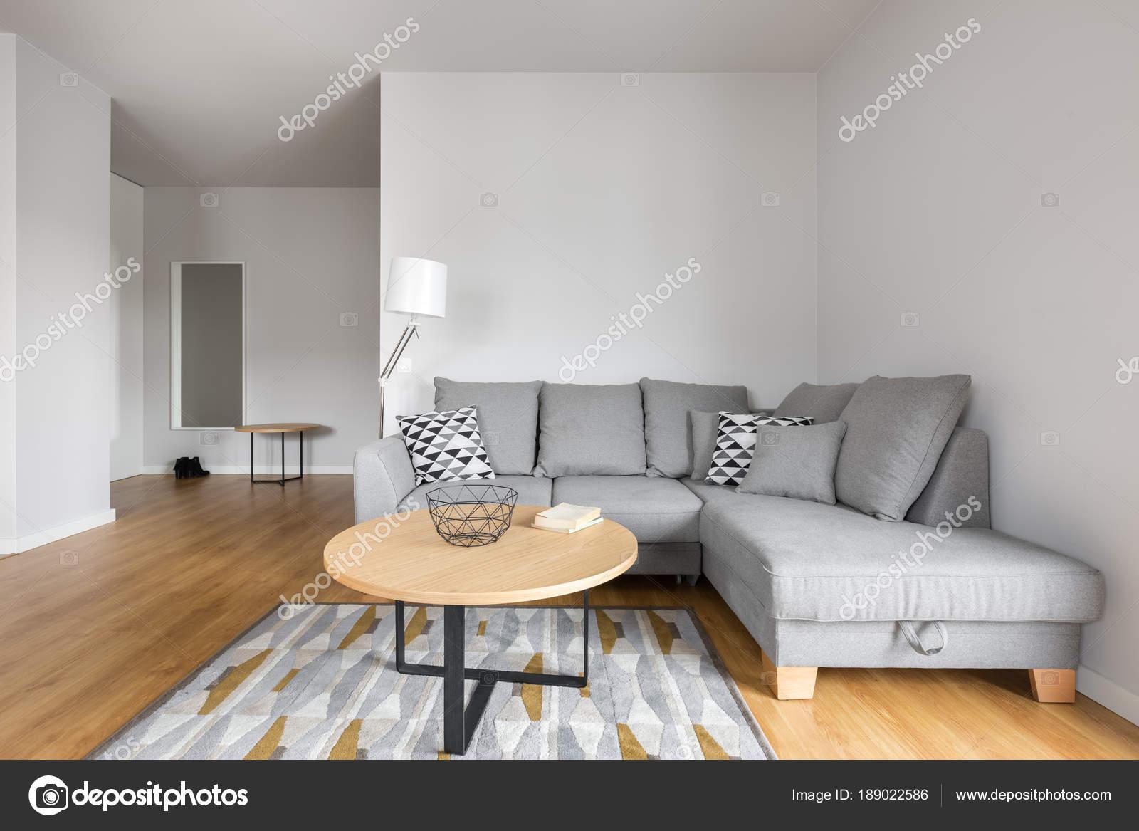 soggiorno con divano grigio — Foto Stock © in4mal #189022586