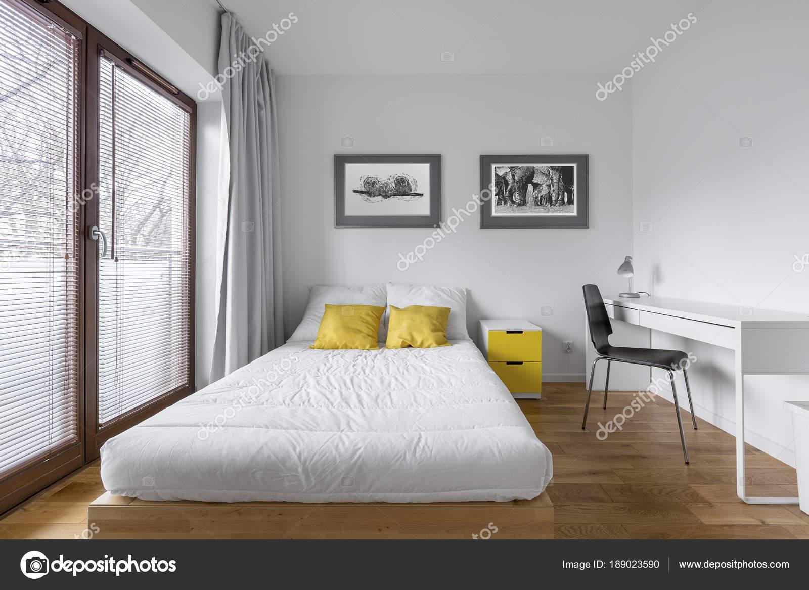 Camera da letto con scrivania da appoggio — Foto Stock © in4mal ...
