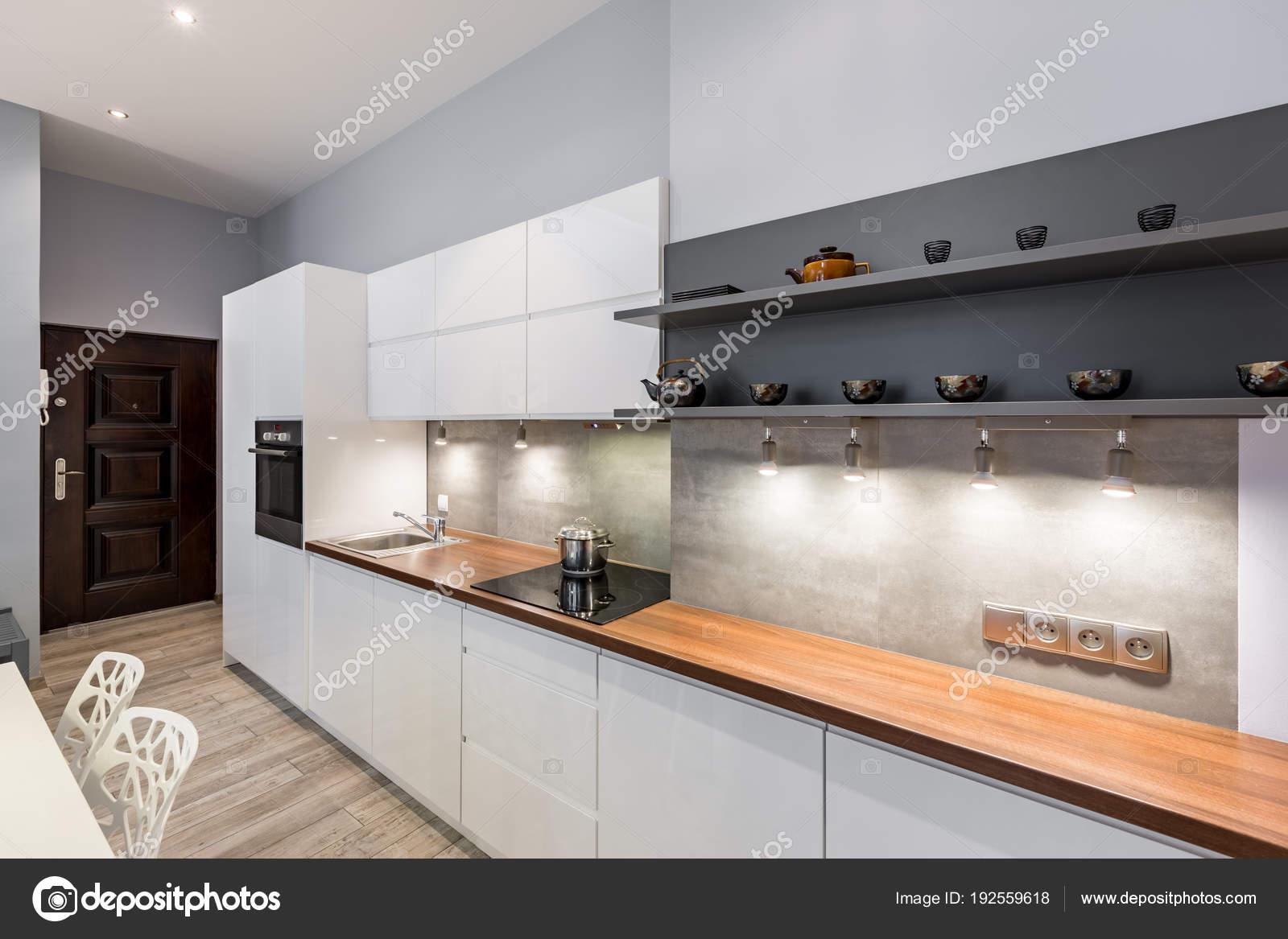 Cucina bianca con controsoffitto in legno u foto stock in mal
