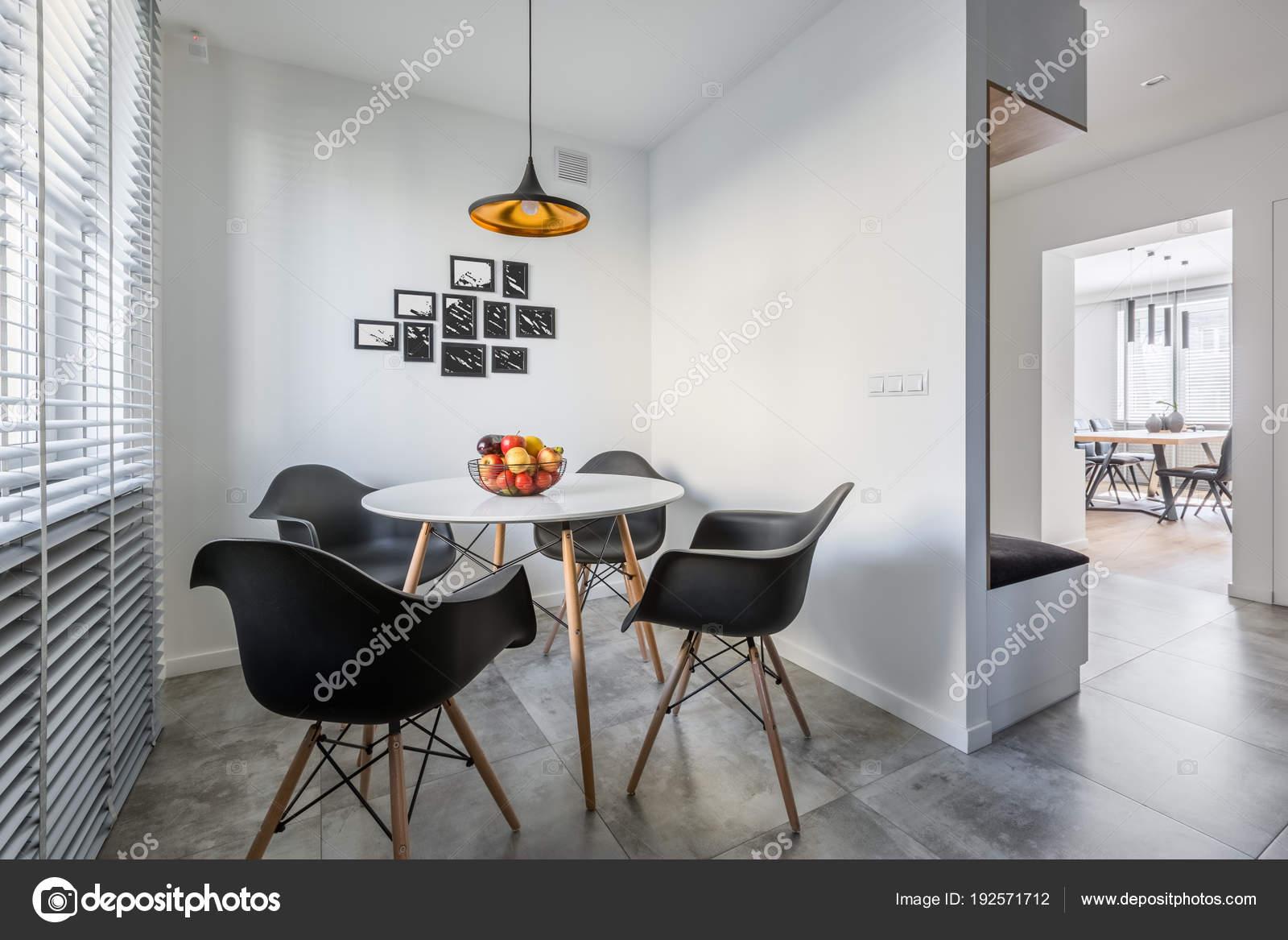 Ronde tafel met zwarte stoelen stockfoto in4mal 192571712 for Zwarte eettafel stoelen