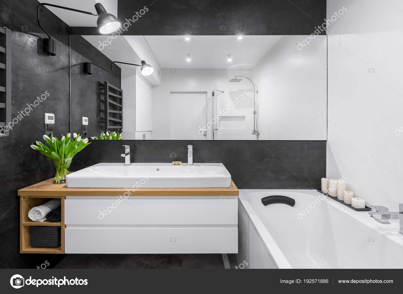 Spiegel Voor Badkamer : Badkamer met grote spiegel u2014 stockfoto © in4mal #192571886