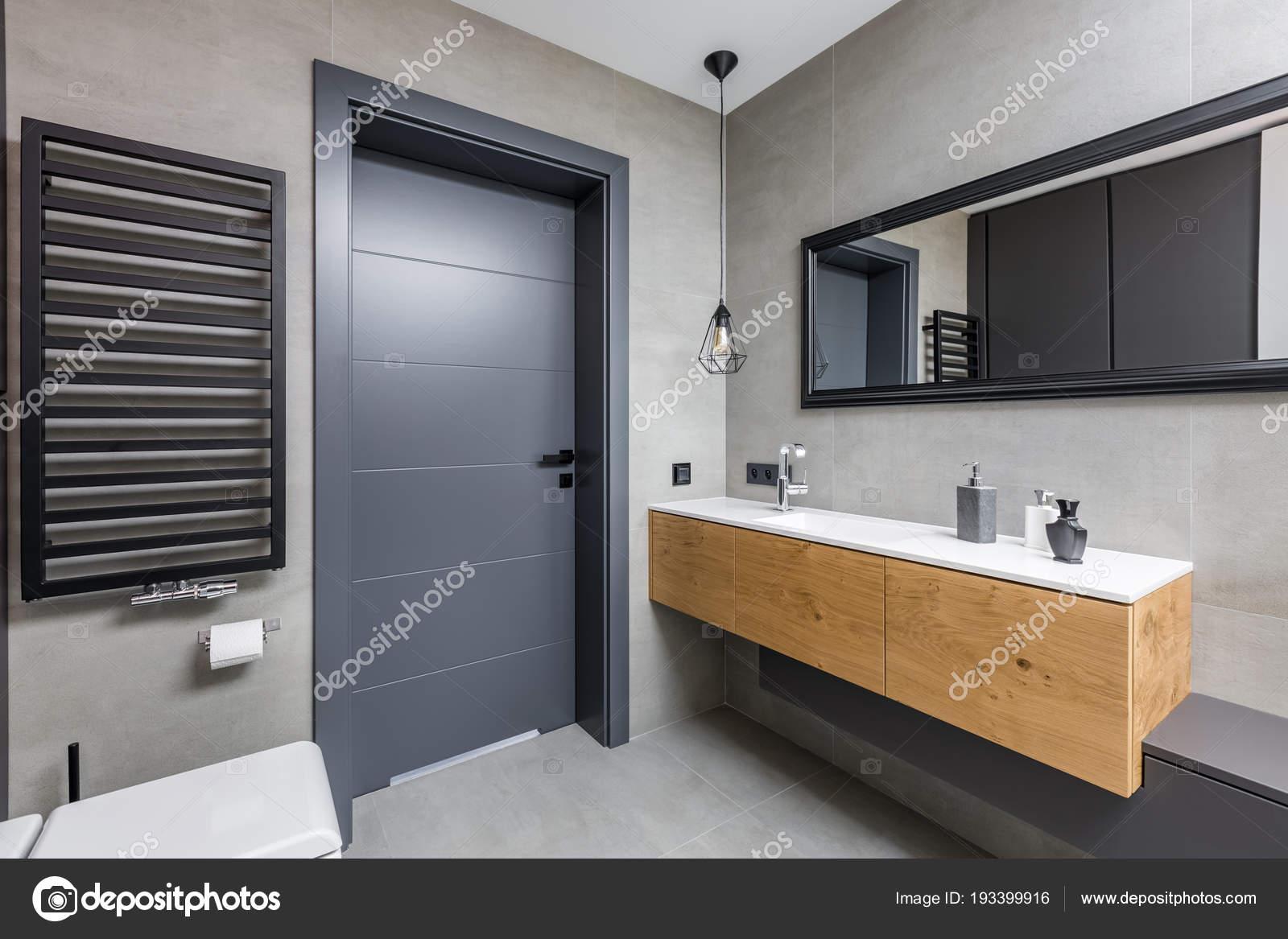 Bagno di colore scuro con lavabo da incasso u foto stock in mal