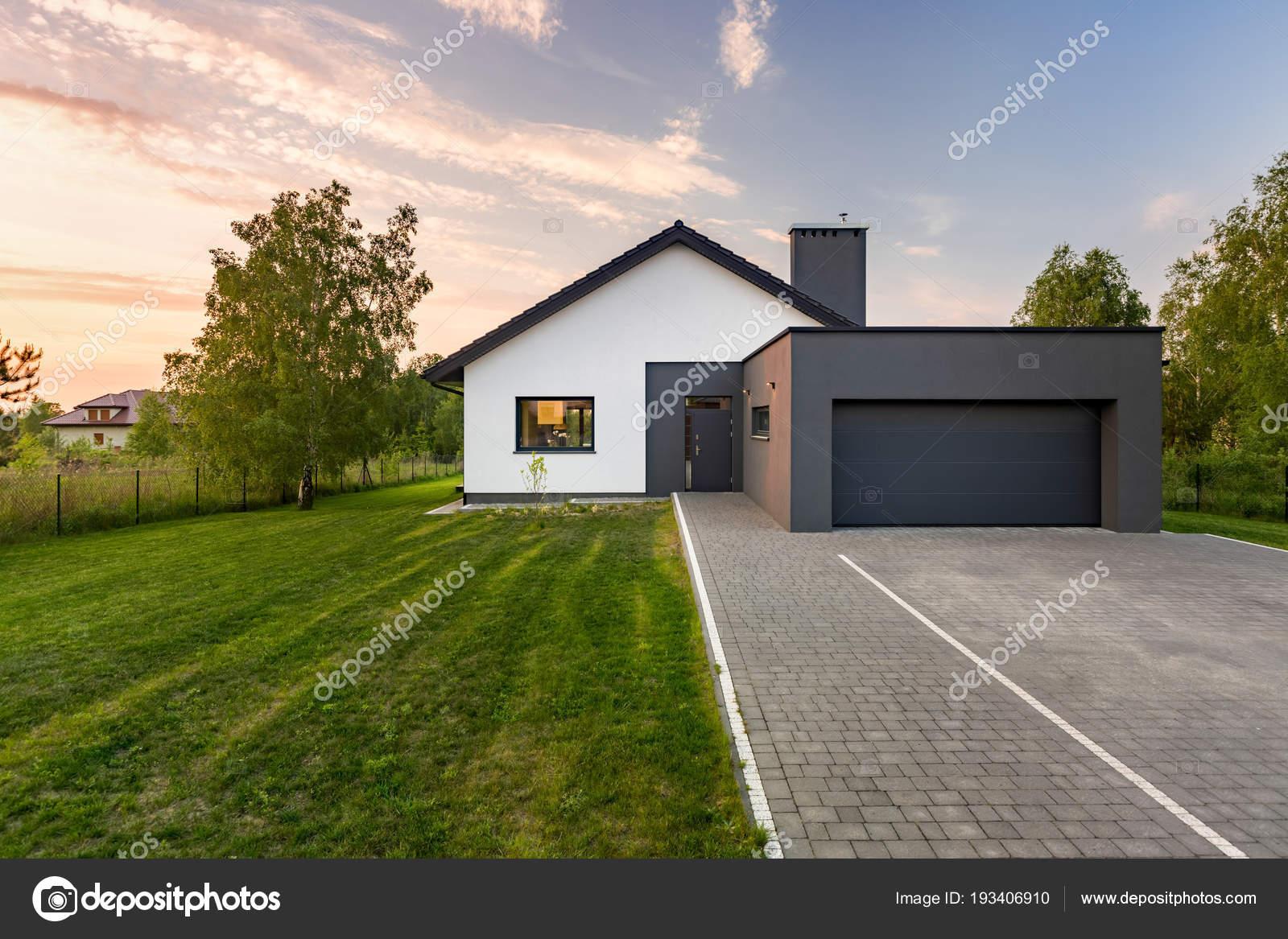 Haus mit Garten und garage — Stockfoto © in4mal #193406910