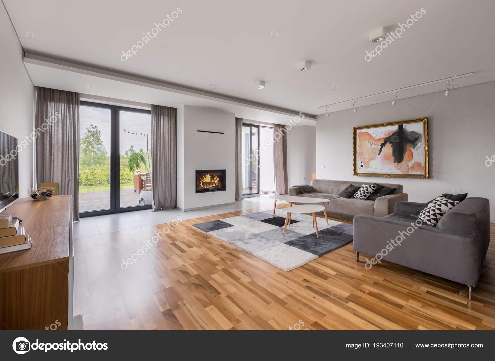 Geraumiges Wohnzimmer Mit Sofa Stockfoto C In4mal 193407110