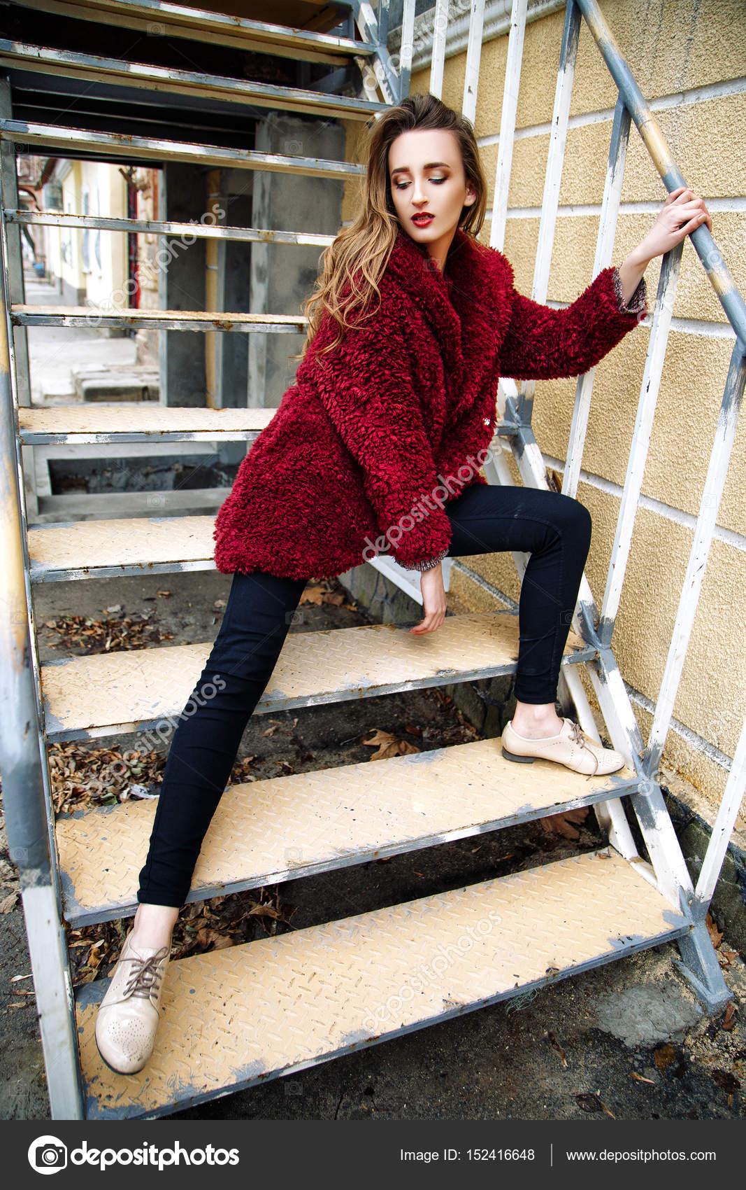 Belle jeune femme en jeans et veste rouge assis à l extérieur. portrait de  mode chic — Image de YuliiaChupina a186f7254d92