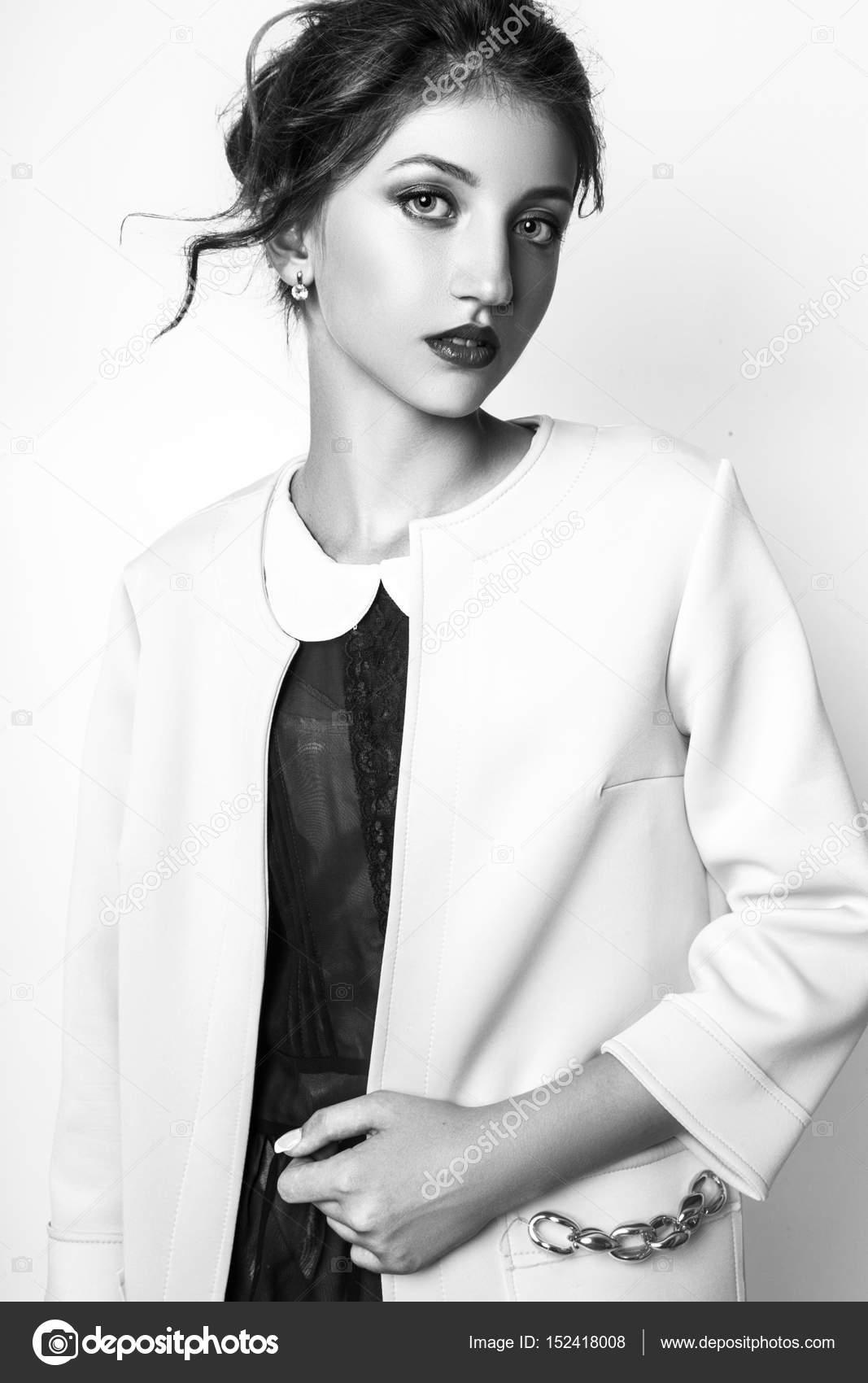 Modefoto jungen Frau auf weißem Hintergrund. Gekleidet in schwarze und  gelbe Mantel. Mädchen posiert. Studio Foto. Schwarz   weiß — Foto von  YuliiaChupina 7ff5d702f3
